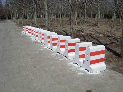 如何选购fu山水泥隔离墩