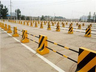 黄黑相间的水泥防撞墩