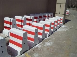 hong白相间的水泥防撞墩